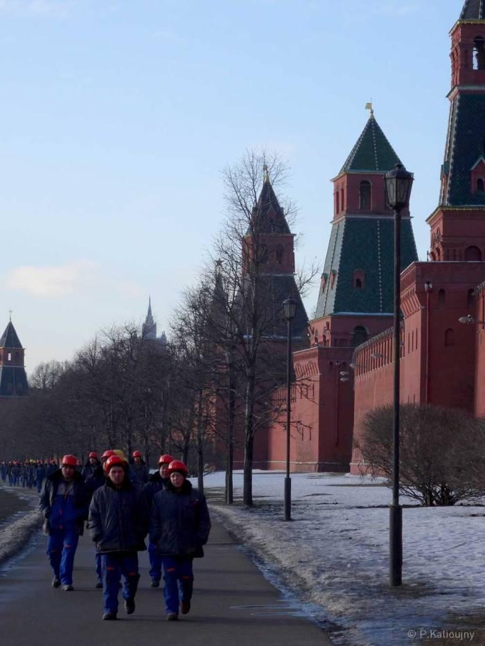 Une armée d'ouvriers le long des remparts du Kremlin