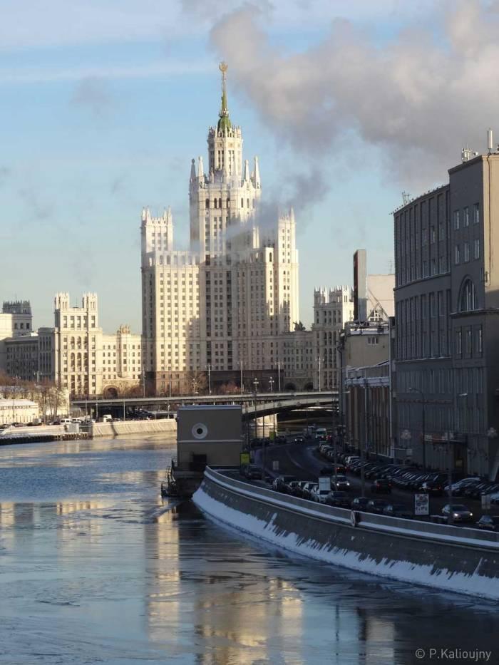 La belle Moskva. Bruit. Fumée. Traffic. Gratte-ciels.