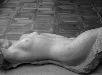 """Et ces nus de pierre qu'il a tant sculpté ; si vivants, si érotiques, si frémissants...quel talent pour animer la pierre ! Konenkov, """"sommeil"""", 1913."""