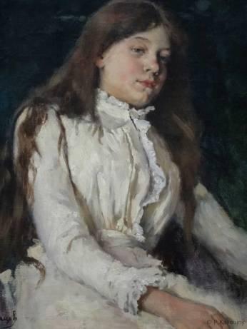 Étude de jeune fille peinte par Surikov. Je cite wikipédia : Vassili Ivanovitch Sourikov (1848- 1916) est un peintre réaliste russe appartenant aux peintres ambulants (Передвижники) (mouvement artistique russe, 1870-1923). Il est le plus grand des peintres russes de scènes historiques de grande échelle. Ses chefs-d'œuvre font partie des peintures les plus connues de Russie.