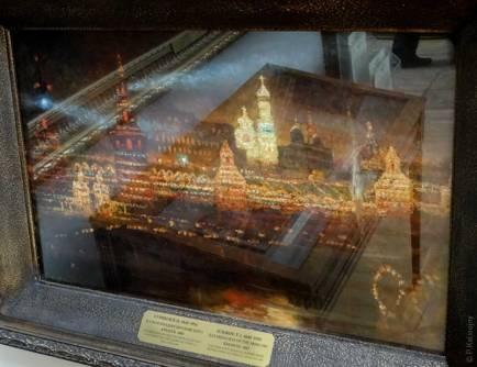 Une étonnante petite peinture de Surikov, représentant le kremlin illuminé pour les fêtes.