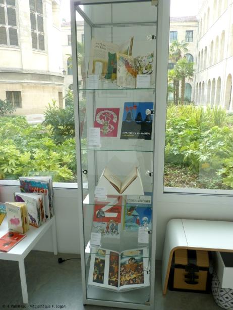 """Sous les vitrines verticales, les """"fameux"""" livres de notre enfance, tous issus du fonds de la médiathèque F. Sagan, anciennement Heure Joyeuse."""