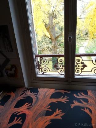 Vue d'atelier. Par la fenêtre, le Ginkgo du centre d'art de Troyes.