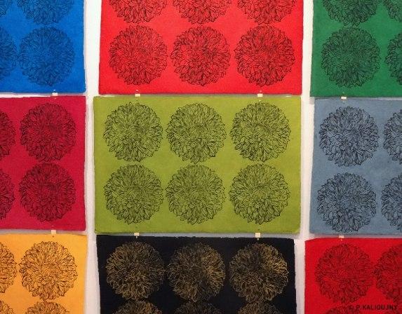 Motif de dahlias, installation 2016, estampes sur papier asiatique.