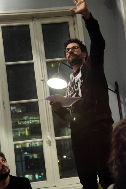 Dans le Refuge, les lectures. Lecture de Thomas Scotto, et interludes musicaux de Lucien Alfonso et Antoine Girard Crédit photo : Myriam Drosne – avec Thomas Scotto à La Rotonde Stalingrad.
