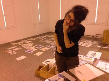 Préparatifs : l'accrochage, plus de 300 images! – Avec Carole Chaix