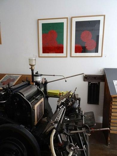 Un bel endroit pour exposer mes estampes et mes dessins. Une presse à gaz devant les estampes de Dahlias.